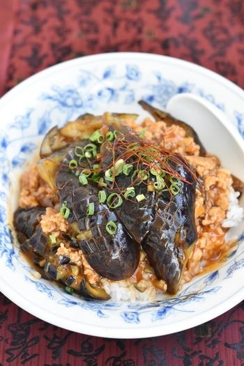 大きめに切った茄子とひき肉を、ピリ辛に炒めた麻婆茄子丼のレシピです。短時間で調理ができるのも嬉しいポイント♪暑い夏でも、ご飯を無理なく食べられそうです。