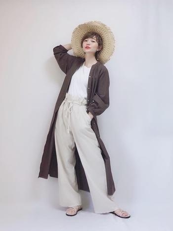 薄手のシャツワンピを1枚持って出かけると、夕方や朝方の寒さに対応出来ます。ベージュやブラウンのナチュラルカラーと白Tの組み合わせは上品な印象になるので、大人の女性におすすめです。
