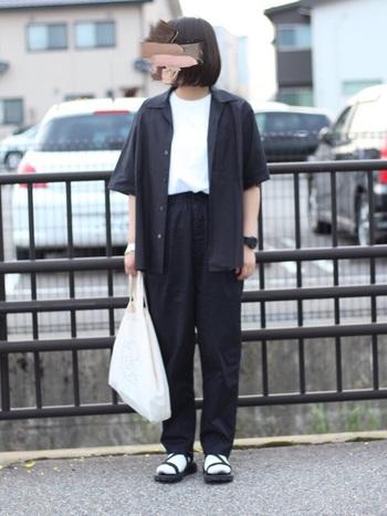 メンズサイズのシャツをラフに羽織ったボーイッシュなスタイリング。サンダルに白靴下を組み合わせると「暑い日」から「肌寒い日」まで、幅広い気温で快適に過ごせます。