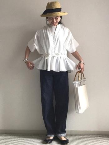 白Tに白のブラウスを組み合わせたスタイリング。ホワイト同士の重ね着は重たい印象にならないのでおすすめです♪ブラウスにはデザイン性の高いものを選ぶと遊び心のあるスタイルに◎