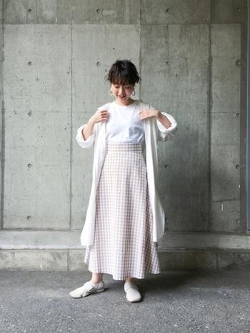 白Tをロングスカートにインして、カーディガンを羽織ったレトロな雰囲気溢れるスタイリング。薄手のロングカーディガンは冷房対策にも重宝します。