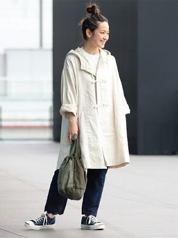 脱ぎ着しやすいスプリングコートは、まだまだこの時期も活躍!コートに白Tを組み合わせると少し見えた首元が抜け感を演出してくれます。パンツとスニーカーでラフさをプラスして♪