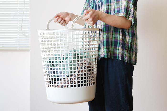 ドイツのコインランドリー「Freddy Leck(フレディ・レック)」が手掛けるランドリーバスケットは、シンプルなホワイトのボディーにブルーのロゴマークが可愛いアクセントに!ポリエチレン素材なので柔らかく、洗濯物をたくさん詰め込んでも、取っ手をひょいっと合わせれば、バッグ感覚で持ち歩くことが出来ます。