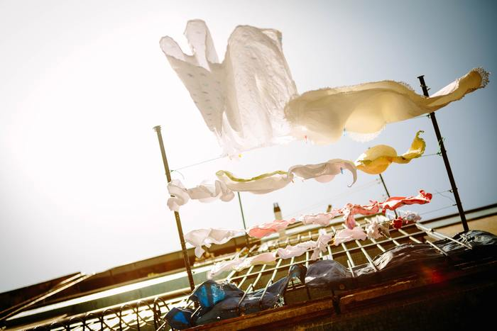雨の日も、晴れの日も、洗濯物を干すという作業は毎日のルーティーン。 時には洗濯を干すのが面倒だな…と感じる日も…。お気に入りの洗濯アイテムがあれば、苦手な洗濯の時間が好きに変わるかもしれません…。そこで今回は、日々のルーティーンが楽しくなる、おすすめのランドリーグッズをご紹介したいと思います。外干し派さんも、部屋干し派さんも、お気に入りのアイテムで、テンションアップ!洗濯の時間を楽しみな時間に…♪