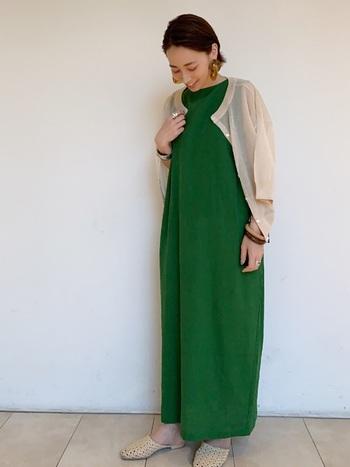 シアー素材のカーディガンなら、夏でも涼し気な印象で着られて◎上品な印象のコーデに仕上がるので、ちょっとしたお呼ばれの時も活躍してくれそうです。
