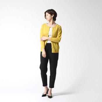 コーデの差し色になるマスタードカラーのカーディガンは、かさばらないコンパクトな丈でオフィススタイルにも活躍しそう。白トップス×黒パンツのベーシックコーデに合わせれば、着こなしの鮮度がぐっと上がります♪