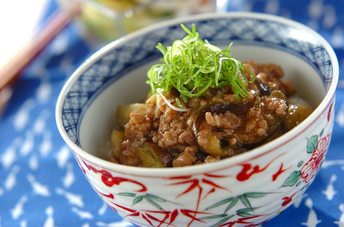 豆板醤や花椒を使った、大人向けの本格派の辛みそ丼。スパイシーな味わいは夏にぴったり。ご飯がすすみそうです。