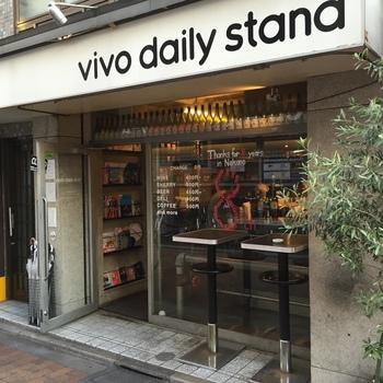 中野駅からほど近い「ビーボデイリースタンド」。カジュアルでオープンな雰囲気はちょっと一杯飲みたい時にもピッタリ。おいしく安く食事が楽しめるとあって、毎日遅い時間までたくさんのお客さんで賑わっています。
