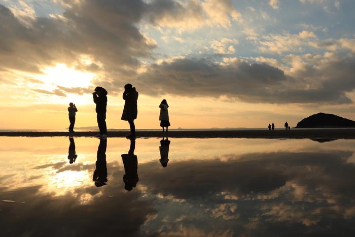 香川県西部・三豊市仁尾にある「父母ヶ浜(ちちぶがはま)」は、「日本のウユニ塩湖」とも呼ばれている1kmにも及ぶ砂浜です。ウユニ塩湖と同様な無風・干潮時という条件が揃った時のみ、まるで鏡のような美しい水面が現れます。幻想的な風景は、カメラを持って訪れたいおすすめスポットですね。