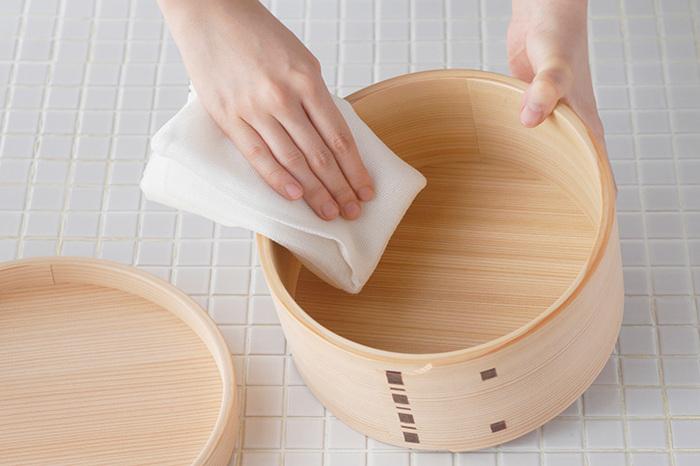 おひつの手入れで特に重要なのが、しっかりと乾燥させることです。水洗いの最後に、50度から60度程度のお湯をさっとかけておくと、乾きやすくなります。