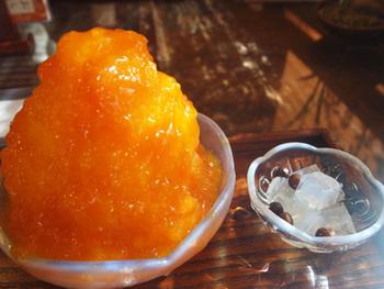 こちらは夏季限定・数量限定の「特製あんず氷」です。  濃厚で甘酸っぱいあんずのシロップがたっぷりかかっています。疲れも癒されそう。