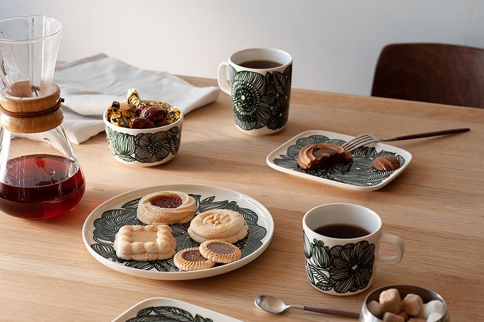 ティータイムのちょっとしたお茶うけをセッティングするには、こんなプレートはいかがでしょう。<マリメッコ(marimekko)>の中でも人気の柄、クルイェンポルヴィ(Kurjenpolvi)のプレートは、大胆に描かれたグリーンのゼラニウムの花がシックな雰囲気。素朴なビスケットを引き立て、お揃いのマグカップと一緒にテーブルを大人っぽい印象にしてくれます。