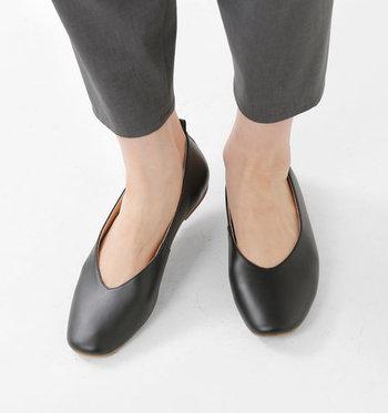 シンプルだから使いまわしが利くパンプスは、柔らかな皮革を使った履き心地の良いシューズを。快適なシューズで、毎日のコーデに活用させましょう。