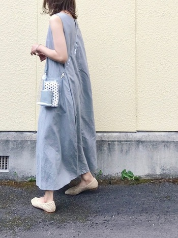 白と淡いブルーで統一感のある爽やかなコーディネート。クリアバッグとメッシュのシューズが今年らしいトレンド感を演出しています。