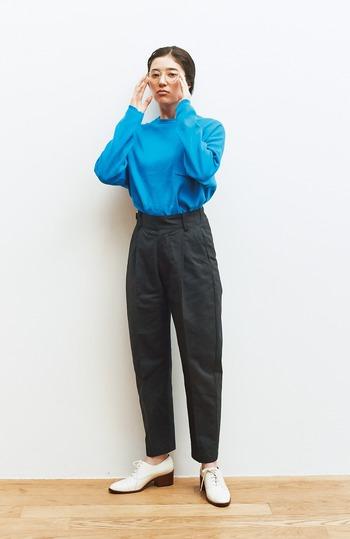 ユニセックスデザインのトップスも、鮮やかなカラーを選んでキュートさをプラス。パンツやシューズはベーシックなアイテムを合わせてすっきりと。
