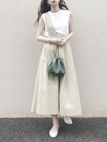 アシンメトリーなデザインが印象的なスカートもベーシックなカラーでまとめることで、大人の女性でも自然に着ることができます。