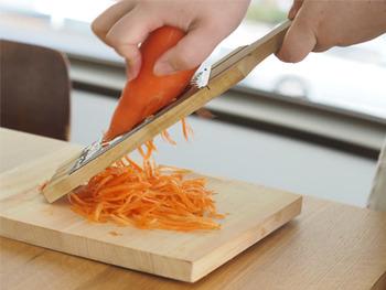こちらは、にんじん、大根を千切りにして作る沖縄料理「しりしり」用の調理器。通常のスライサーに比べて表面に凹凸ができるため、味が染み込みやすくなるんだそう。