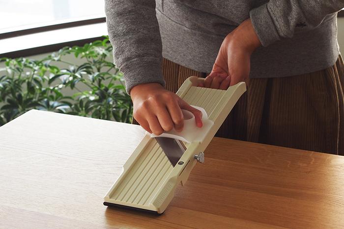 「スライサー」は刃が付いた板で、野菜をカットしていくもの。刃を付け替えることができるタイプが多く、千切りだけでなく、薄切りや短冊切りなど、さまざまなスライスに対応してくれます。