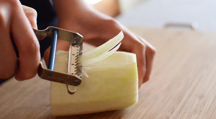 1947年にスイスで生まれた「PROREXピーラー」は、現在使われているピーラーの原型ともいわれています。利き手を問わず使え、ちょうど良い細さの千切りにカットすることができます。