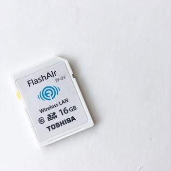 写真撮影にデジカメを使っている人は、「無線LAN内蔵のSDカード」を導入すると便利。  これを活用すれば、「デジカメで写真を撮ったらその場で写真を厳選し、スマホに転送する」ということが可能に!画像をWi-Fiで飛ばせるので、PCやケーブルなども不要になるという優れものなんです。  お出かけ先で撮影したデジカメ画像は、帰りの時間を使ってスマホへ・・・と負担なくスマホでの一元管理が叶います。