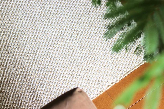 北欧で主流のプラスチックラグは、夏場涼しく過ごせるおすすめの素材。手入れが簡単にできるので、汗をかく季節でも安心して使うことができます。また滑りにくいところもおすすめのポイントです◎
