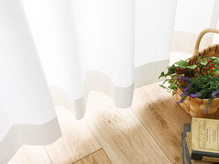 最近は遮熱機能のついたカーテンがたくさん販売されています。外からの熱気をカットしてくれるので、真夏の直射日光が入る窓には遮熱レースカーテンをぜひ使いましょう。冷房効率もアップしますよ。