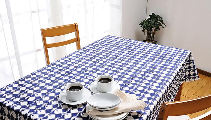 テーブルクロスをブルー系の涼し気なものにかえてみるのもおすすめ。濃いブルーは白いお皿を引き立たせてくれるので、食事も気持ちよくできます。こちらのような魚のデザインならより一層夏らしく感じられますね。