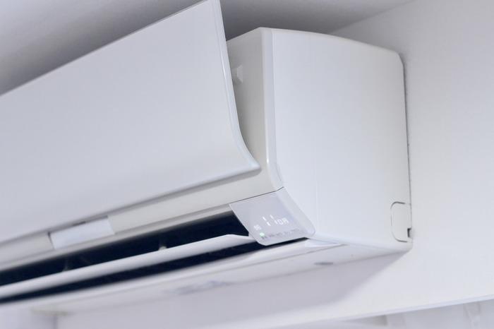 ティッシュにアロマを数滴たらし、エアコンの送風口をサッと拭けば、爽やかな香りが部屋中に漂います。エアコンの掃除のついでにするといいですね。