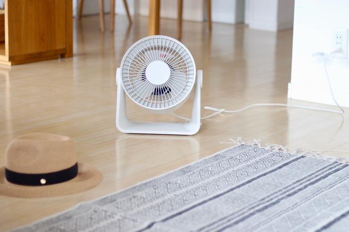部屋の空気を循環させると、冷房の効率がアップします。エアコンから出てくる冷気を動かすように、扇風機やサーキュレーターを配置すれば◎設定温度を下げなくても風があれば涼しく感じられます。