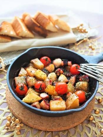 【タコとじゃがいものアヒージョ】  赤のサングリア風モクテルには、スペイン料理の「アヒージョ」がベストマッチ!2種類のスパイスを使っているので、バルで食べるようなスパイシーで本格的な味わいです。パーティーにもぴったりの組み合わせですよ♪
