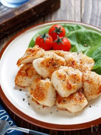 シャーリーテンプルには、塩気が効いたスパイシーな料理がおすすめ。粗挽き胡椒を振りかけたうま塩チキンと、スカッとした爽やかな炭酸が美味しさを引き立てます。