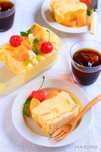 マンゴーピューレを使ったトロピカルなスコップアイスケーキ。冷凍マンゴーをたっぷりトッピングして、シャリシャリ感も楽しんで。器ごと出して、好きな分量を楽しみましょう。