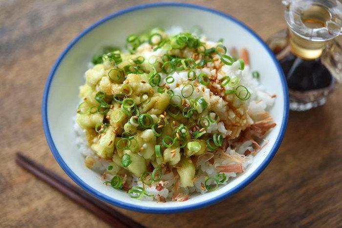 皮をむいたナスをレンジで蒸して、たたき山芋と一緒にご飯に乗せた爽やかレシピ。食欲がなくてもペロリなレシピです。