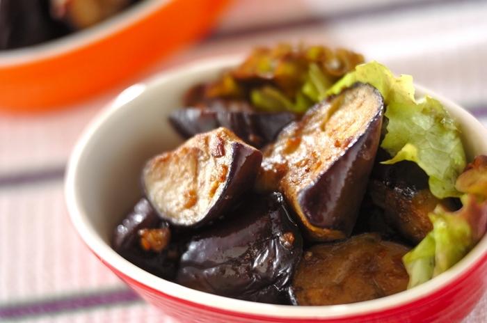 オリーブオイル、にんにく、アンチョビでナスを炒めたレシピはキンキンに冷やした白ワインのお供にぴったりの一品です。おもてなしにも喜ばれます。