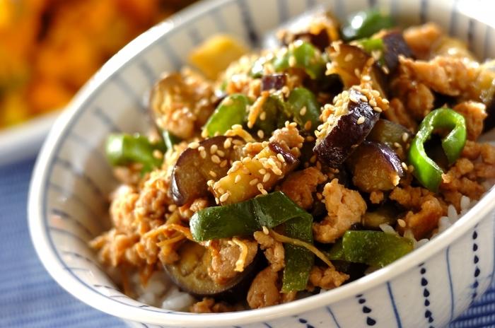 ナスとピーマンという夏の旬野菜を甘い味噌で炒めた白いご飯にぴったりの丼レシピ。半熟の目玉焼きを乗せても美味しそう!野菜嫌いのお子様もペロリですよ。