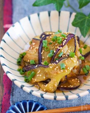 フライパンで焼いたナスを甘酢の中華南蛮だれに漬け込んだレシピ。疲労回復効果に期待が持てる酢が効いていて食欲がなくてもペロリといただけます。素麺などの麺類に乗せても美味しそう!