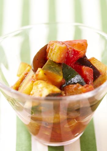 夏野菜を美味しくいただく洋風レシピの集大成でもあるラタトゥイユ。野菜の旨味をギュッと吸い込んだナスは縁の下の力持ち的な存在です。日持ちするのも嬉しい一品。