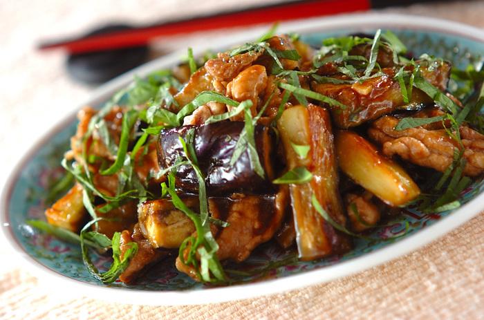 下味以外の味付けはオイスターソースにお任せの簡単レシピ。大葉が爽やかさを出してくれているナスが旬の時期に是非食べたいレシピです。