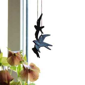 南部鉄で作られた燕のオブジェは、風が吹くとお互いが触れて金属ならではの涼し気な音を奏でてくれます。まるで空を飛んでいるような佇まいは軽快な雰囲気を演出してくれますね。