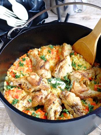 ダッチオーブンなどの鉄製の鍋があれば簡単に作ることができるピラフはワンポットでオールオッケー!まさにキャンプにぴったりのレシピです。