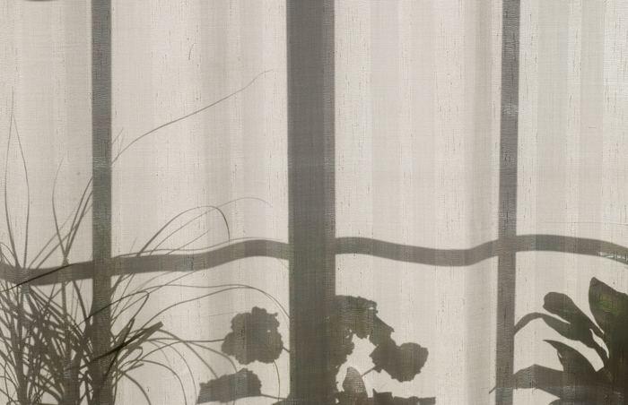 直射日光が室内に入る時間帯はカーテンをしめておくのがおすすめです。熱気をカットすることができるので、エアコンの効き方もよくなります。日中に外出する際にも、ドレープカーテンを閉めておけば室内の気温が上がりにくくなりますよ。