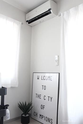 帰宅したら、モワっと暑い空気がこもっていることがありますよね。そんな時はエアコンのスイッチを入れる前に、家中の窓を開け、扇風機などを使って換気を行いましょう。空気が入れかわれば、室温が下がる場合も。