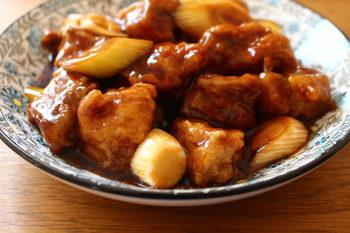 豚肩ロースの塊肉をごろっと大きく切ると、酢豚にもぴったり。こちらのレシピでは、バルサミコ酢を使ってまろやかに仕上げています。食べ応えがあり、ボリューム満点の一品ですね。