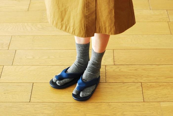 ジョジョにぴったりな足袋型靴下を合わせて。これがなかなか茶目っ気もあって、おしゃれなんです。