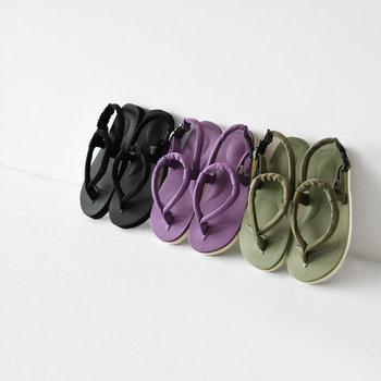 開放的で柔らかな履き心地が魅力の「スイコック」のサンダル。リラックス感溢れるデザインは、足元から抜け感を演出してくます。定番のブラックもいいけれど、パープルとオリーブもおしゃれ。コーデの差し色として使ってもいいですね。