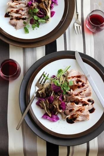 豚肩ロースの塊肉を使って、簡単2ステップでしっとりとしたハムも作ることができます。じっくりと低温で熱を通し、柔らかくジューシーな仕上がりに。野菜を添えたり、サラダのお供にしたり。バタバタしがちな朝食や、さっと済ませたいランチにも、作っておくと便利そうです。