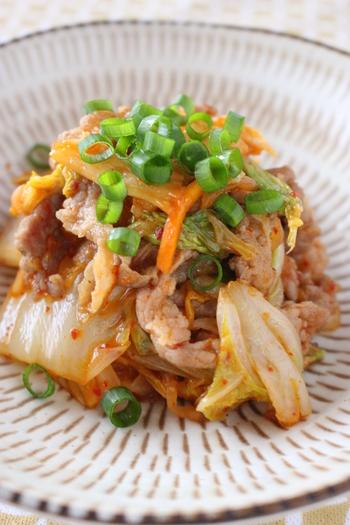忙しい日や簡単に作りたい日におすすめのレシピです。白菜と豚肩ロースの薄切り肉を切って、キムチと調味料を加えて炒めれば、ボリューム満点の一品が出来上がり♪キムチの辛さでごはんも進み、副菜が少なくても満足できそうです。