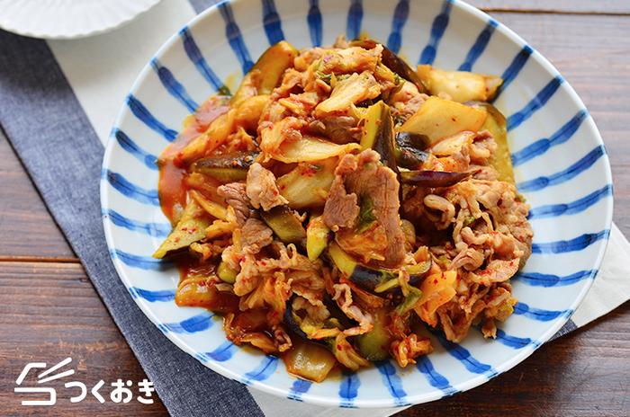 こちらはキムチで豚肩ロースの薄切り肉を炒めたレシピです。乱切りのなすを加えて、野菜もたっぷり。夏バテ気味の時にも、ガツンとしたキムチの辛さで美味しく食べられそうですね♪