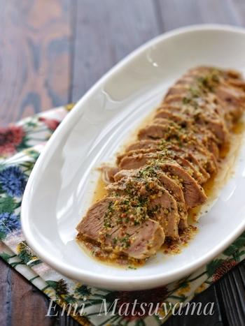 パーティーやおもてなしの一品にもぴったりな、こちらのレシピ。豚肩ロースのブロック肉の表面を焼き付けたら、あとは調味料を一緒にじっくり煮込むだけの簡単レシピです。粒マスタードとはちみつのマッチングが、おしゃれで本格的な味わいになりそうです♪