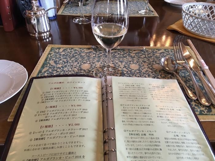勝沼町内にある全てのワイナリーのワインが揃っているのも魅力。数種類のワインを飲み比べできるセットも、ぜひ味わってみてはいかがでしょうか?